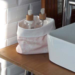 vide-poche réalisé en coton enduit uni blanc et astrance rose