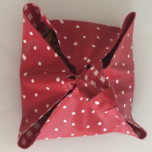Tuto porte tarte coton enduit pois rouge - Porte tarte en tissu ...