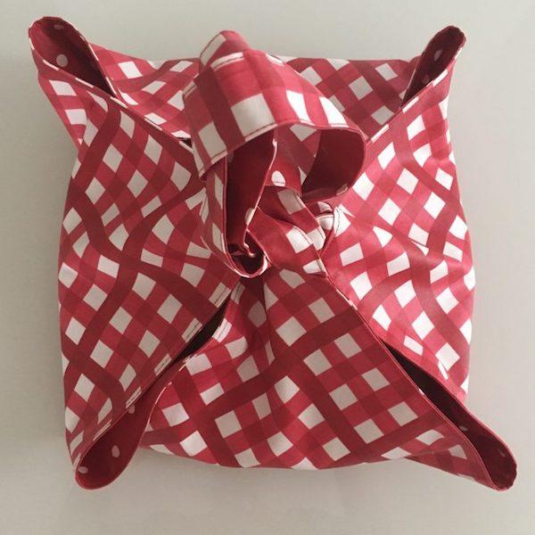 Tuto porte tarte tissu enduit carreaux rouge - Porte tarte en tissu ...